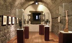 Localización del MIAC en Arrecife de Lanzarote. Panorámica de la Sala Pancho Lasso del Museo Internacional de Arte Contemporáneo de Lanzarote, Arrecife