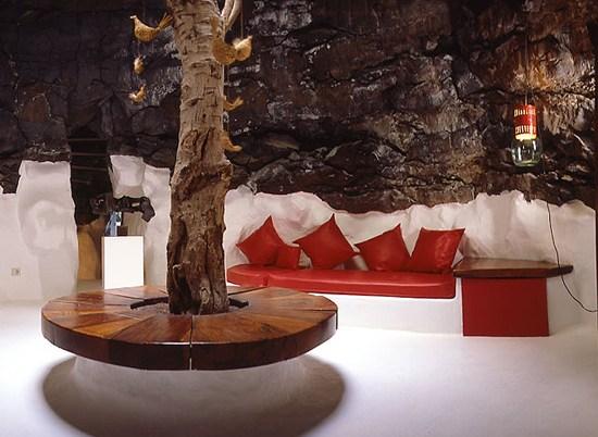 Turistas en la exposición permanente de la Fundación César Manrique, Tahíche, Lanzarote