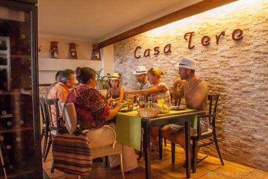 Salón interior climatizado de Casa Tere, una buena opción de tapas en Playa Honda, Lanzarote