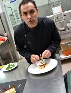 Ludovic Lamontagne confeccionando sus pasteles y dulces