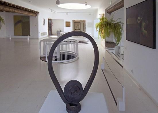 Fundación César Manrique. Museos en Lanzarote. Turistas en la exposición permanente de la Fundación César Manrique, Tahíche, Lanzarote