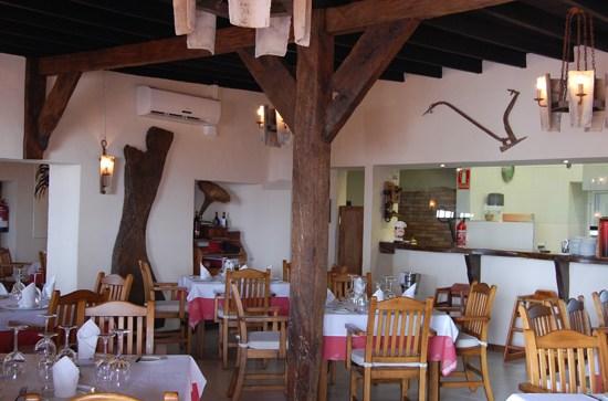 Salón interior del restaurante El Toro de Puerto del Carmen, de Chef Luis León