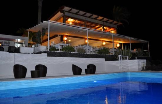 Panorámica nocturna de la terraza del restaurante Villa Toledo de Costa Teguise, Lanzarote