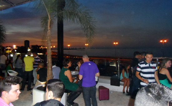 Vista de Arrecife desde la espectacular terraza de la discoteca Aqua, vida nocturna en Lanzarote