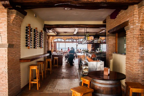 Vista interior desde la entrada a La Taberna de Nino, restaurante de tapas y pinchos en Puerto del Carmen