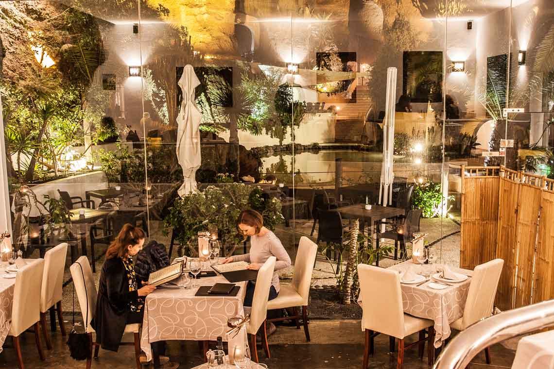vistas desde el interior de restaurante lagomar