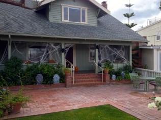 Hus täckt med spindelväv
