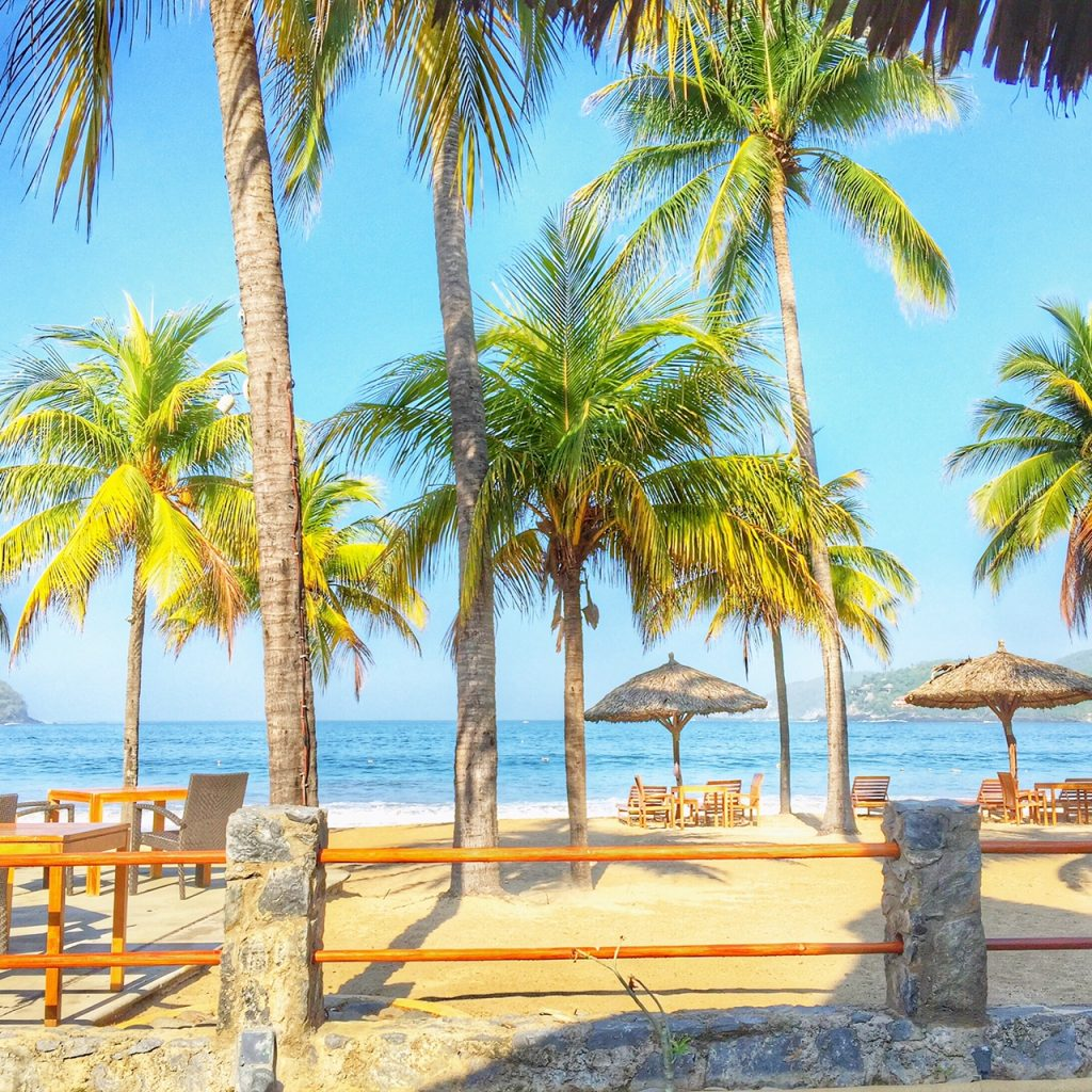 beachfront dining at Viceroy Zihuatanejo