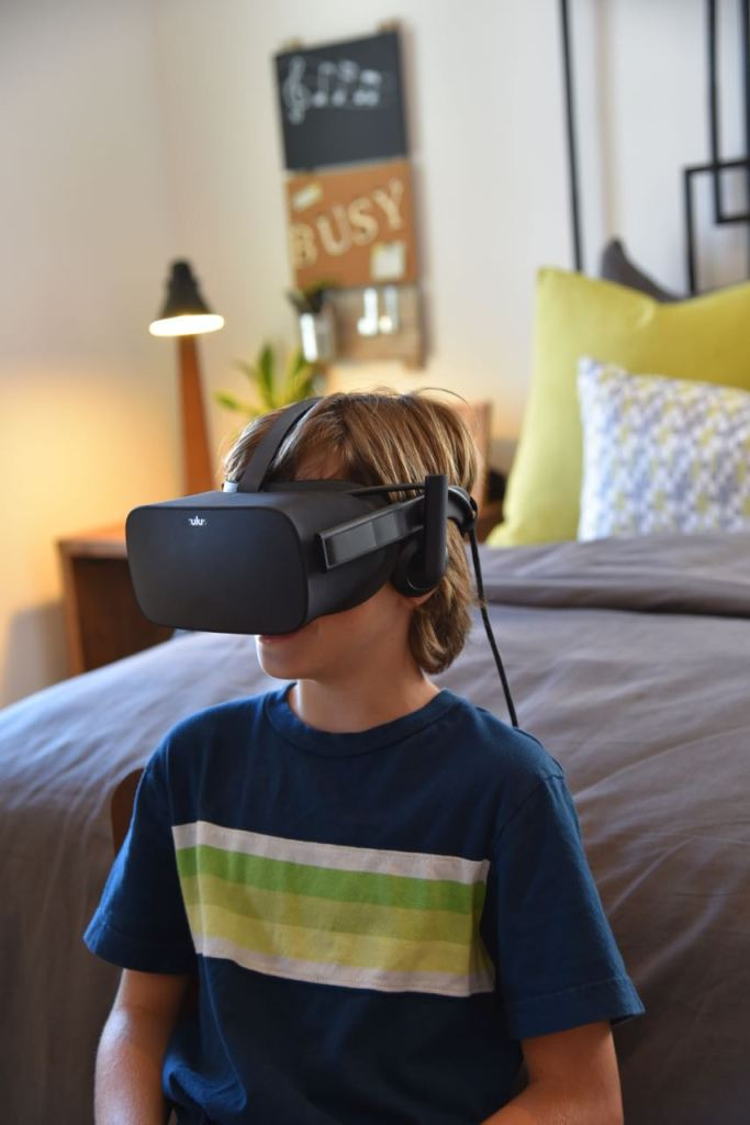 kid-trying-virtual-reality