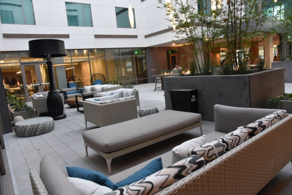 outdoor-dining-at-hilton-san-diego
