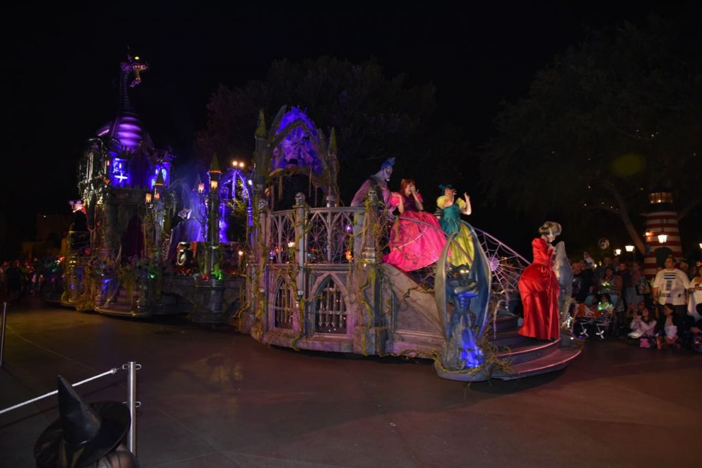 disney-villians-in-parade