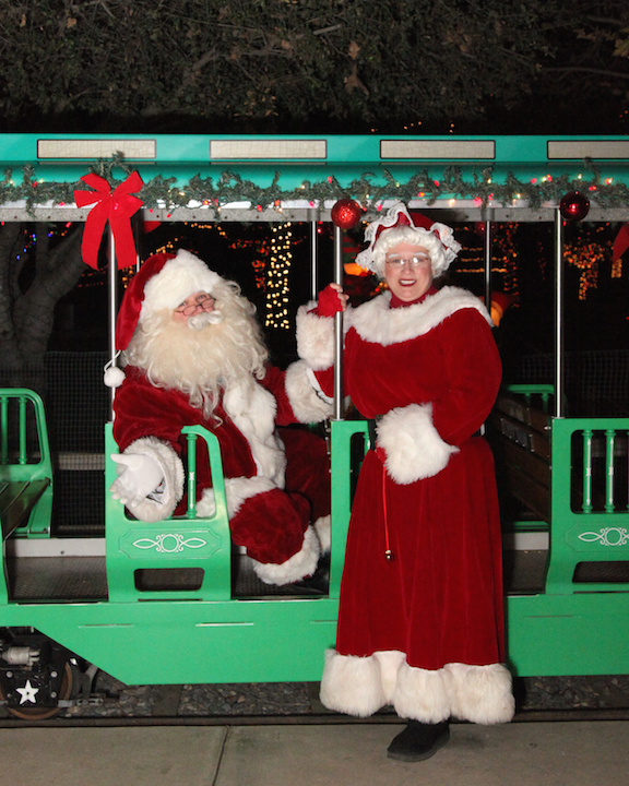 santa-and-mrs-claus-on-train