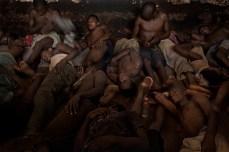 Sessenta homens e meninos vivem em uma cela de 30 metros quadrados. Eles passam 16 horas do dia dentro da cela, dividem um único balde como banheiro, e têm várias doenças e infecções, incluindo a sarna. Às Vezes, eles têm que esperar até oito meses para chegar um sabonete.