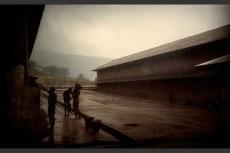 Homens tomam banho no pátio central da Pademba Road Prison.