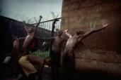 Chove em Pademba Road Prison. Uma dádiva da estação chuvosa. A maioria das prisões em Serra Leoa não têm água encanada. Às vezes, a água potável é somente disponível para os presidiários que podem pagar por ela. Um balde de água custa 1.000 leones, um preço que muitos não podem pagar.