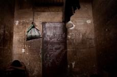 Hilmami Musu Bangura, um órfão de 17 anos de idade, foi acusado de roubar a motocicleta do seu tio. Hilmami recebeu uma sentença de quatro anos. Ele tem desenvolvido sarnas e vive com outros sete em uma cela que só tem um colchão sujo no chão.