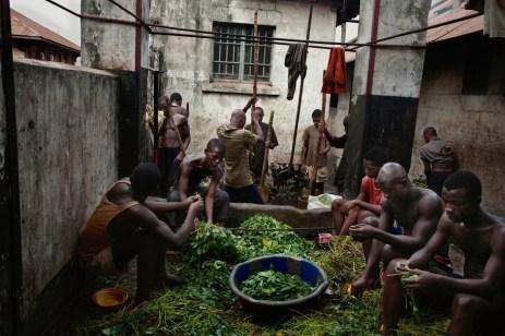 Homens e meninos encarcerados em Pademba esmagam batatas e tratam folhas. Esta mistura, mais um tigela de arroz, fazem parte do almoço na prisão. O café da manhã consiste em um xícara de chá e um pão. Esta dieta limitada contribue para deficiências de vitamina, deixando-os fracos e vulneravéis para as doenças. Com dinheiro pode-se comprar carne ou peixe, mas é um luxo muito raro à maior parte dos presos.