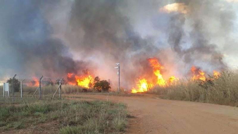Fogo destrói área de 10 campos de futebol próximo ao Aeroporto de Palmas