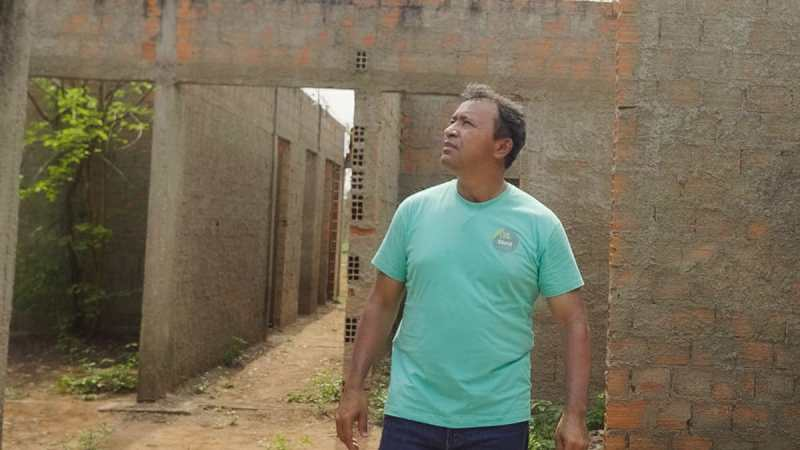 Elenil visita obra abandonada e garante construção de mais 15 unidades de saúde em Araguaína