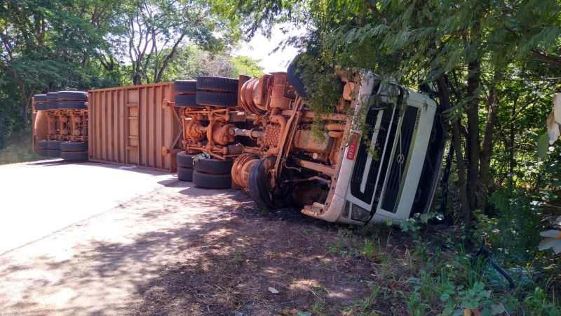 Após colisão, bombeiros resgatam corpo de motorista no município de Cariri