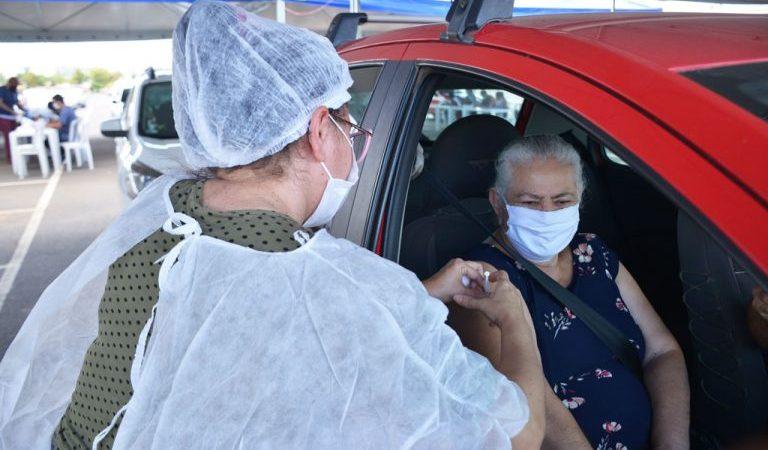 Aparecida de Goiânia retoma aplicação de primeira dose em idosos acima de 61 anos nos drives-thru neste sábado