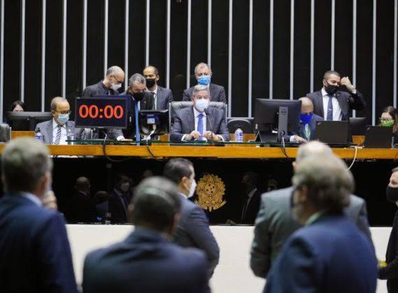 Câmara dos Deputados aprova projeto que revoga Lei de Segurança Nacional. Texto vai ao Senado