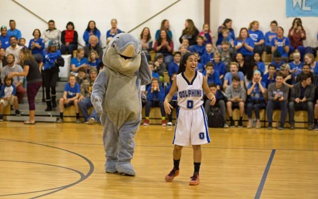 Ingrid Contreras y la mascota del delfín. Foto por Carol Woolgar