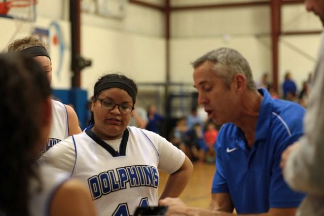Karla Pérez y el entrenador asistente Bill Evans. Foto por Carol Woolgar