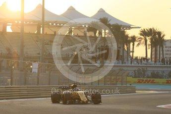World © Octane Photographic Ltd. Formula 1 - Abu Dhabi Grand Prix - Friday - Practice 2. Nico Hulkenberg - Renault Sport F1 Team R.S.17. Yas Marina Circuit, Abu Dhabi. Friday 24th November 2017. Digital Ref: 2003CB1L6301