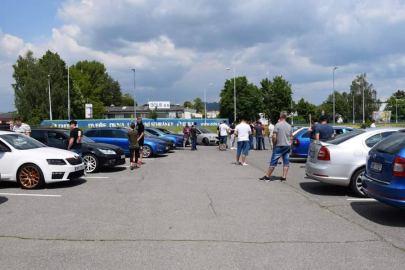 Parkování na parkovišti všech Octavií před jízdou