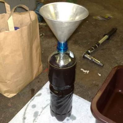 Trychtýřek při dolévání oleje do PET lahve