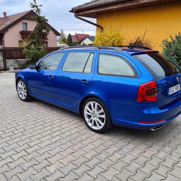 Modrá Škoda Octavia RS 2 0 TDi PD ze zadu