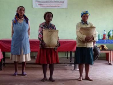 les femmes rurales donnant le riz à OdADI France