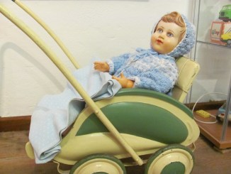Puppe im Puppenwagen. Spielzeugausstellung Burg Beeskow