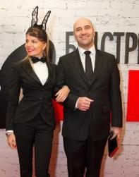 «Кроличий» дресс-код решила выдержать спутница Ростислава Хаита — девушка примерила кокетливые ушки из кружева.