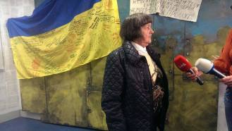 Мария Савченко на фоне инсталляции Узники