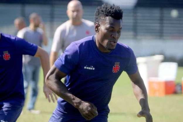 Zagueiro Paulão, um dos quatro suspensos por causa da polêmica foto em Santiago, terá de treinar em separado com o restante do grupo