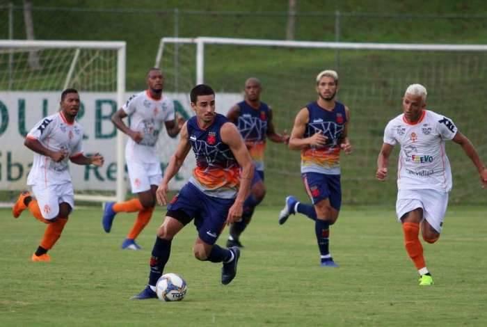 Thiago Galhardo conduz a bola durante o jogo-treino contra o Atibaia-SP: Vasco venceu por 4 a 3