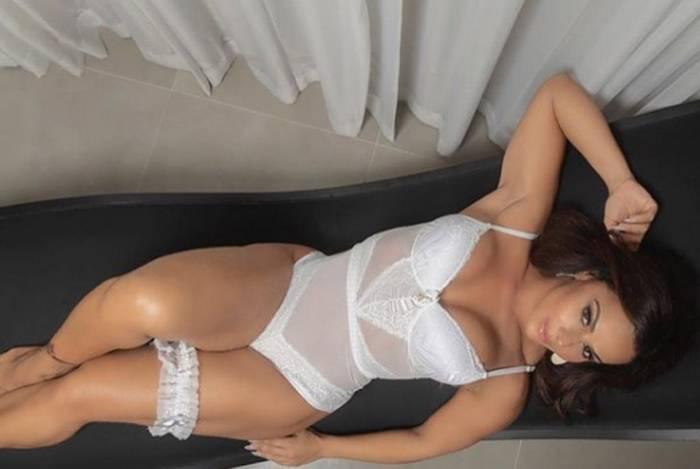 Viviane Araújo mostra suas curvas em campanha de lingerie