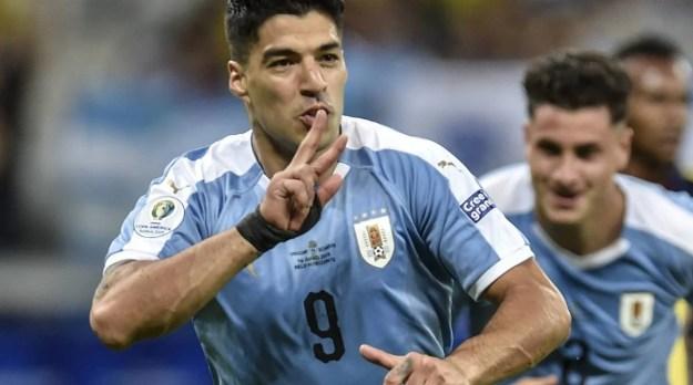 Luis Suárez festeja o terceiro gol do Uruguai: vitória tranquila diante de pouco mais de 13.600 presentes - AFP