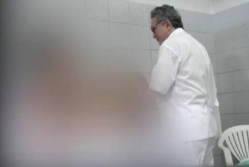 Nos vídeos, prefeito aparece penetrando as pacientes, afirmando que precisava 'devirar' o útero delas