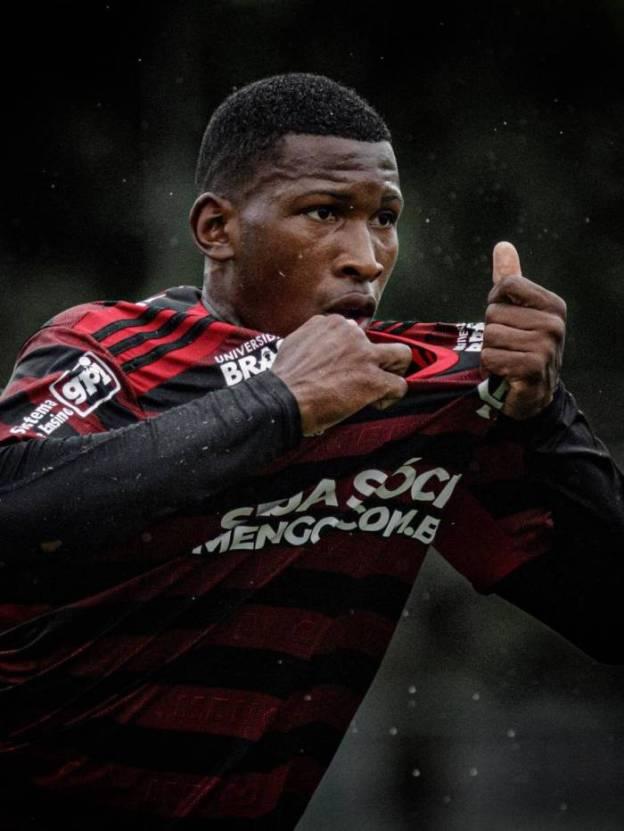 Weverton comemorando gol com a camisa do Flamengo