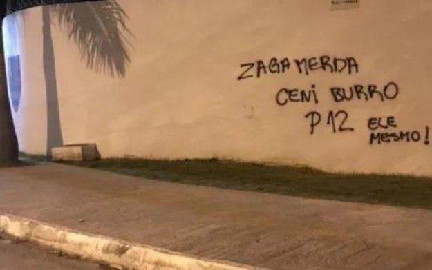 Muro do Ninho do Urubu aparece pichado horas depois de empate com a LDU