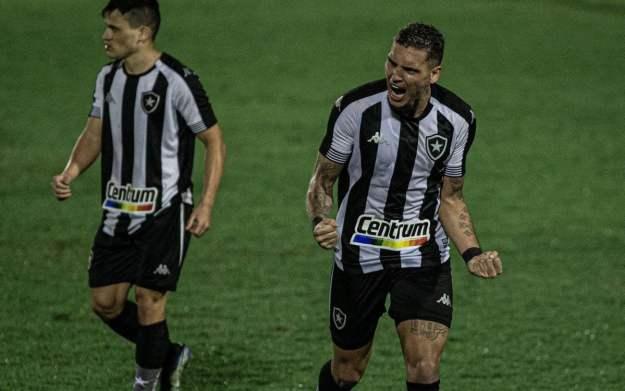 Rafael Navarro festeja seu gol