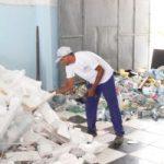 Prefeitura realiza conscientização e coleta de material reciclável na Praia do Francês