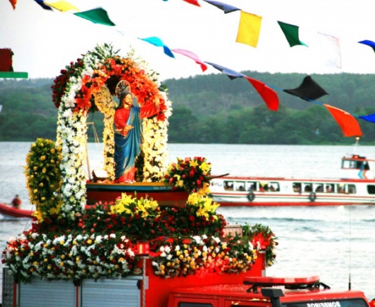 Imagem de Bom Jesus dos Navegantes é transportada com todo o cuidado durante os festejos religiosos em Penedo  (Divulgação)