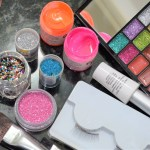 Carnaval: Aplicação de glitter e pintura nos olhos requer cuidados