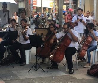 Apresentação da Orquestra Pedagógica da Ufal encanta pessoas no Centro de Maceió