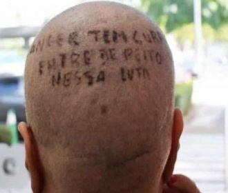 Paciente tatua cabeça para incentiva mulheres na luta contra o câncer