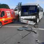 Acidente entre ônibus e caminhão deixa dois feridos na BR-104